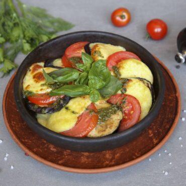 Баклажаны с томатами и сыром сулугуни на кеце