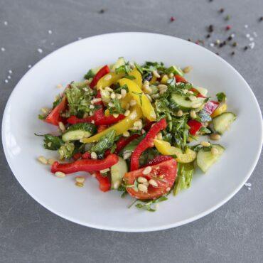 Овочевий салат з кедровими горіхами