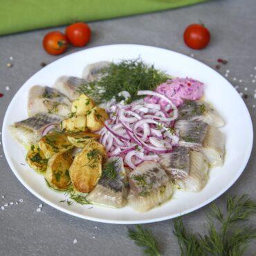 Сельдь с картофелем и соусом из укропа