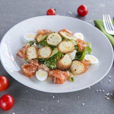 Салат с лососем, перепелиными яйцами и соусом Цитрус