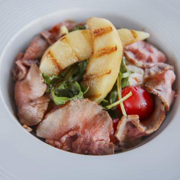 Салат с ростбифом и карамелизированной грушей