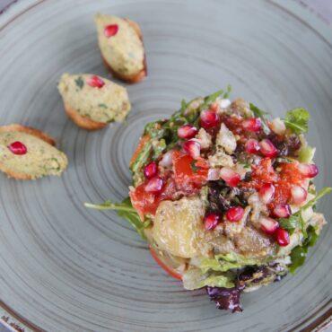 Салат с запеченными овощами, ореховой пастой и гренками