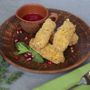 Жареные палочки с сулугуни с клюквенным соусом