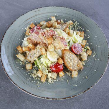 Теплый салат с курицей и копченым сыром