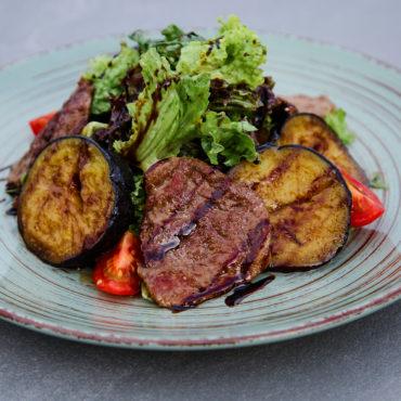 Салат із телятиною та баклажаном